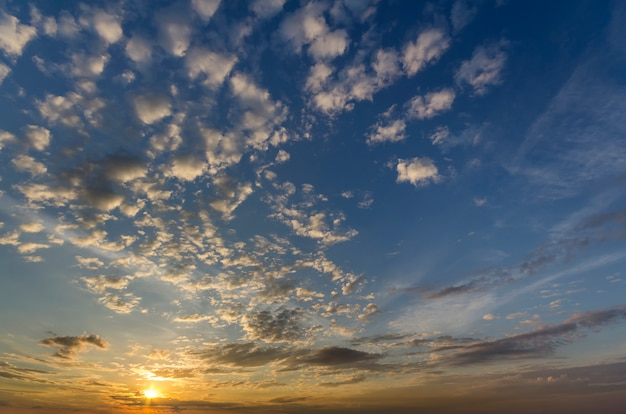 Panorama des himmels bei sonnenaufgang oder sonnenuntergang. schöne aussicht auf dunkelblaue wolken Premium Fotos