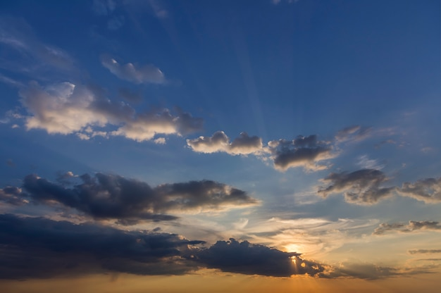 Panorama des himmels bei sonnenaufgang oder sonnenuntergang Premium Fotos