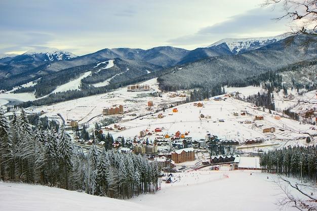 Panorama des skigebiets bukovel in den karpaten, ukraine Premium Fotos