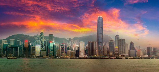 Panorama des victoria harbour in hong kong am sommerabend Premium Fotos