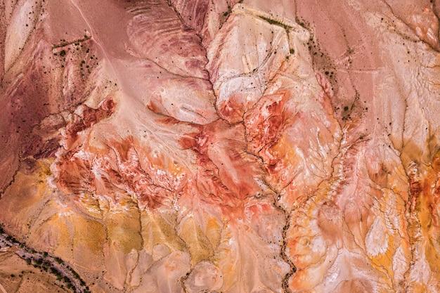 Panorama einer bergkette von gipfeln und einer schlucht mit rotem lehm Premium Fotos