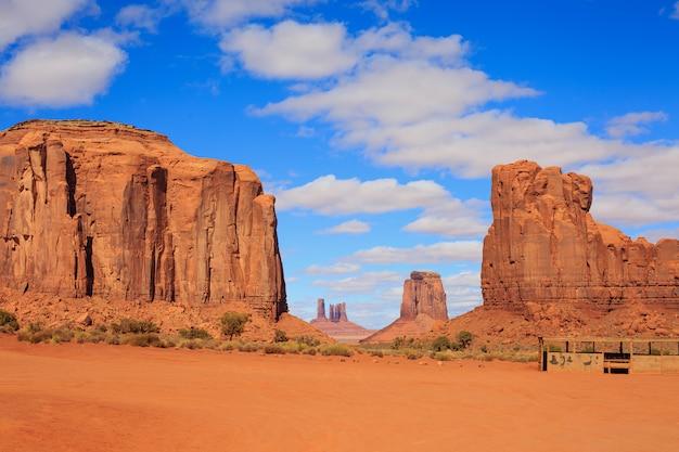 Panorama mit berühmten buttes des monument valley aus arizona, usa. Premium Fotos