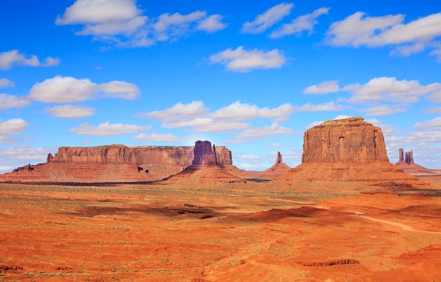 Panorama mit berühmten buttes des monument valley aus arizona, usa. Premium Fotos