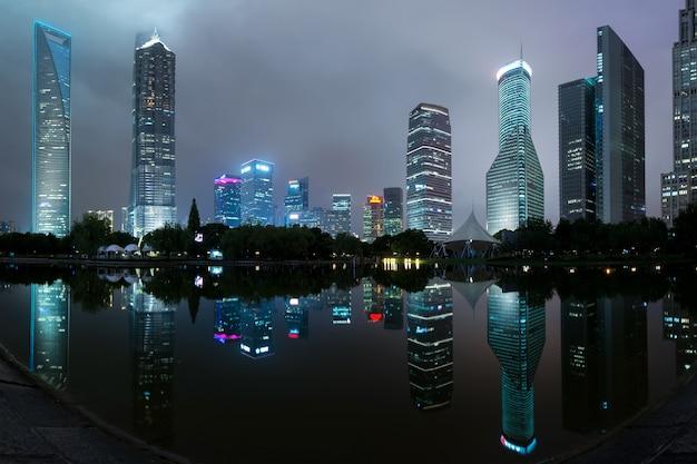 Panorama von shanghai-wolkenkratzergebäuden im park des jahrhunderts, shanghai, china Premium Fotos