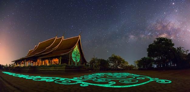 Panorama von tempel sirindhorn wararam phuproud in ubon ratchathani-provinz nachts und in der milchstraße Premium Fotos