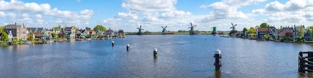 Panoramaansicht von windmühlen an stadt zaanse schans und zaandijk in den niederlanden Premium Fotos