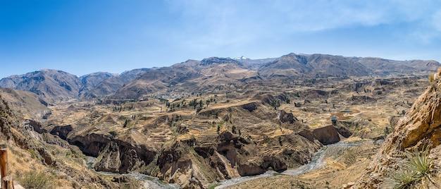 Panoramaaufnahme des prächtigen colca canyon in peru Kostenlose Fotos