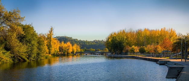 Panoramaaufnahme eines schönen sees an der ponte de sor in portugal Kostenlose Fotos