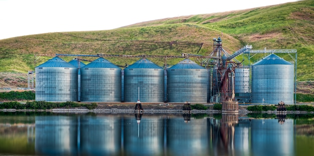 Panoramaaufnahme von industriegebäuden am ufer des sees spiegelte sich im wasser Kostenlose Fotos