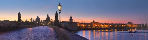 Panoramabild der karlsbrücke und der moldau im morgengrauen Premium Fotos