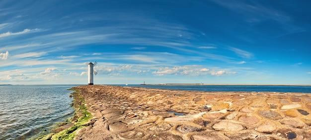 Panoramabild einer küste durch leuchtturm in swinoujscie, polen Premium Fotos