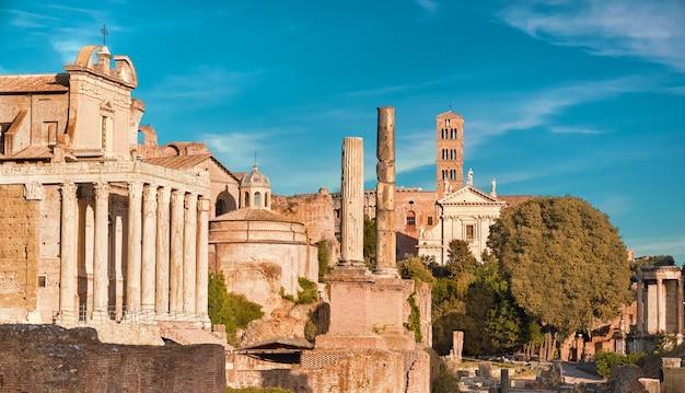Panoramabild von roman forum, auch bekannt als foro di cesare, oder forum von caesar Premium Fotos