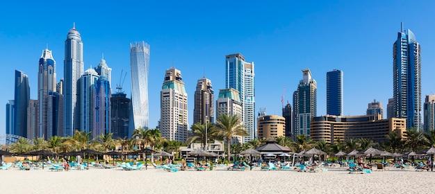 Panoramablick auf berühmte wolkenkratzer und jumeirah beach in dubai. vae Premium Fotos