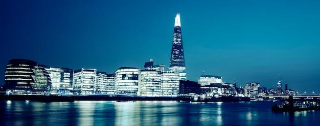 Panoramablick auf das neue londoner rathaus bei nacht, spezielle fotografische bearbeitung. Kostenlose Fotos