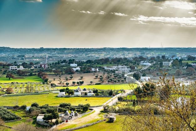 Panoramablick auf das tal der italienischen stadt locorotondo Premium Fotos