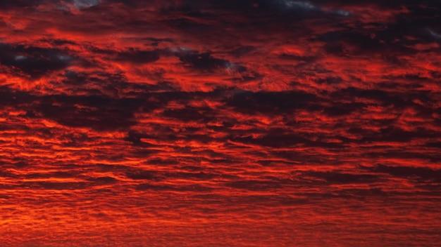 Panoramablick auf den roten abendhimmel. bunter bewölkter himmel bei sonnenuntergang. himmelsbeschaffenheit, abstrakter naturhintergrund Premium Fotos