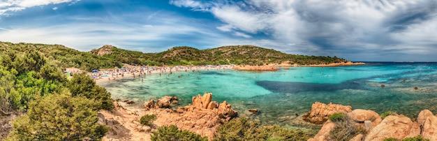 Panoramablick auf die ikonische spiaggia del principe, einen der schönsten strände in costa smeralda, sardinien, italien Premium Fotos
