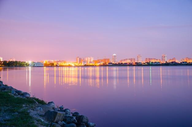 Panoramablick auf die stadt bei nacht in den lichtern Premium Fotos