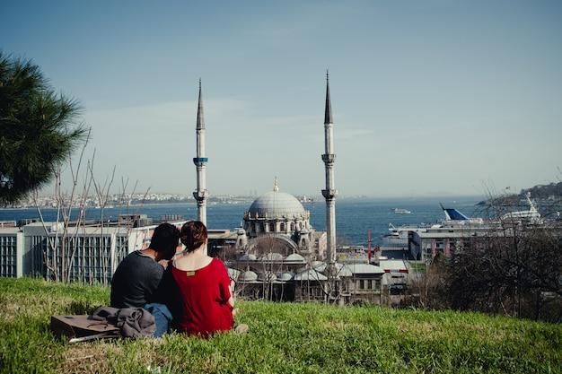 Panoramablick auf die stadt istanbul bei sonnenuntergang, hervorhebung der minarette seiner moscheen Premium Fotos