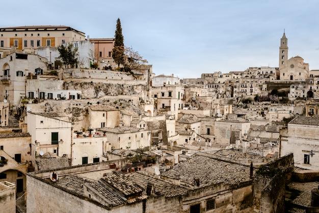 Panoramablick auf die stadt matera in italien, ein altes neugieriges dorf, in das die touristen in den felsen in höhlen und steinhäusern gebaut werden sollen Premium Fotos