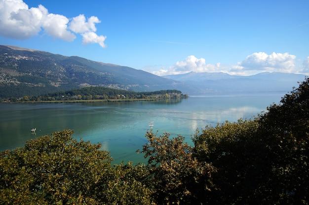 Panoramablick auf einen see Premium Fotos