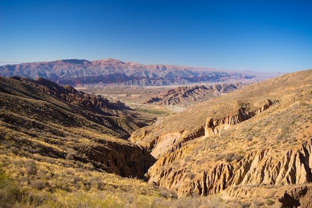 Panoramablick auf erodierte gebirgskette und schluchten um tupiza. von hier aus starten sie den herausragenden 4-tägigen roadtrip nach uyuni salt flat, einem der wichtigsten reiseziele in bolivien. Premium Fotos