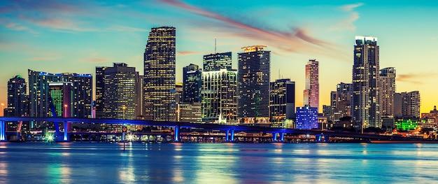 Panoramablick auf miami, spezielle fotografische verarbeitung, usa. Premium Fotos