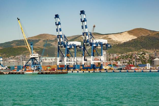 Panoramablick auf seehafen mit schiff, fracht, container. fracht versenden Premium Fotos