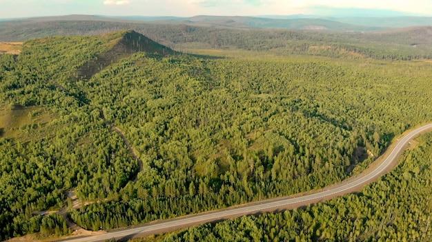 Panoramablick aus der luft von der drohne der wälder, der landstraße und der hügel Premium Fotos