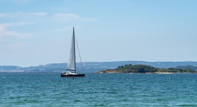 Panoramablick eines luxusyachtsegelns im meer. rias baixas meer, galizien, spanien Premium Fotos