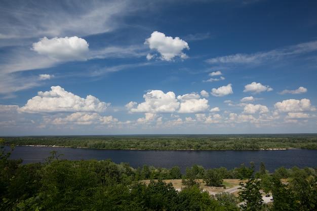 Panoramablick vom berg tarasova in kanev, region tscherkassy, auf kleiner insel und wasserkraftwerk am breiten dnepr Premium Fotos