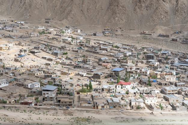 Panoramablick von lamayuru-kloster in ladakh, indien. Premium Fotos