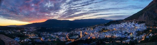 Panoramanachtstadt chefchaouen marokko. blaue stadt Premium Fotos
