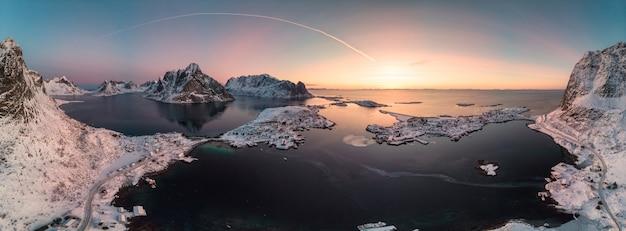 Panoramavogelperspektive des skandinavischen archipels mit gebirgszug auf nordpolarmeer Premium Fotos