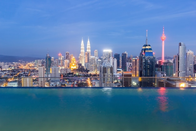 Panoramavogelperspektive von kuala lumpur-stadtbildskylinen, malaysia Premium Fotos