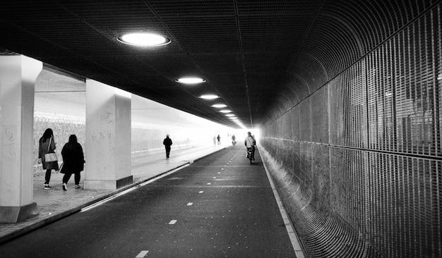 Panoramawinkel der vorderansicht des tunnels. u-bahn u-bahnstation amsterdam niederlande Premium Fotos