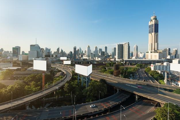 Panoramische bangkok-stadt, die modernes geschäftsgebiet mit schnellstraße herein in die stadt errichtet Premium Fotos