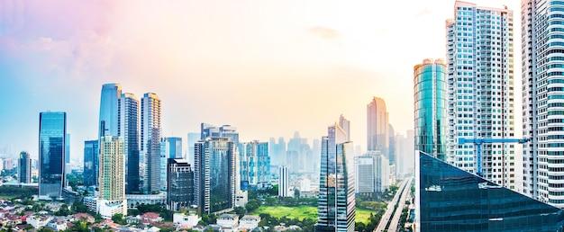 Panoramische jakarta-skyline mit städtischen wolkenkratzern am nachmittag Premium Fotos