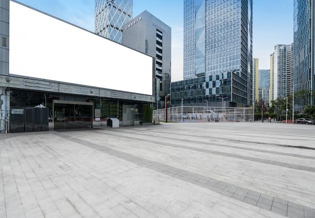 Panoramische skyline und gebäude mit leerem konkretem quadratischem boden in shenzhen, china Premium Fotos