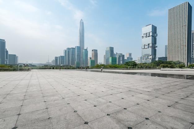 Panoramische skyline und gebäude mit leerem konkretem quadratischem boden in shenzhen, porzellan Premium Fotos