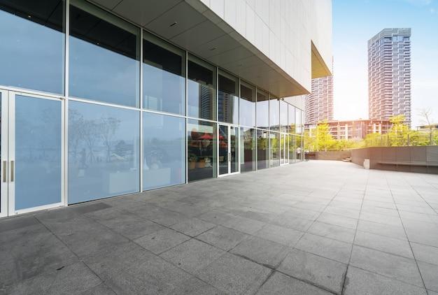 Panoramische skyline und gebäude mit leerem konkretem quadratischem boden in shenzhen Premium Fotos