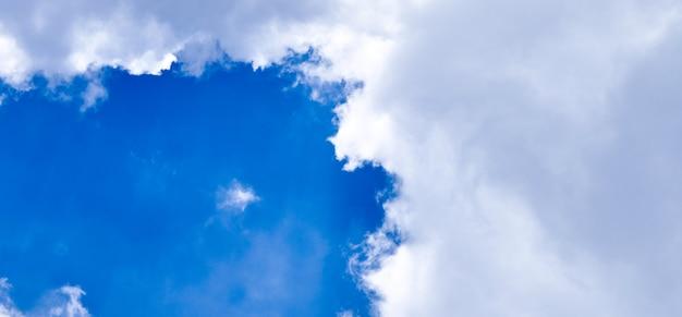 Panoramischer vertikaler schuss des himmels Premium Fotos