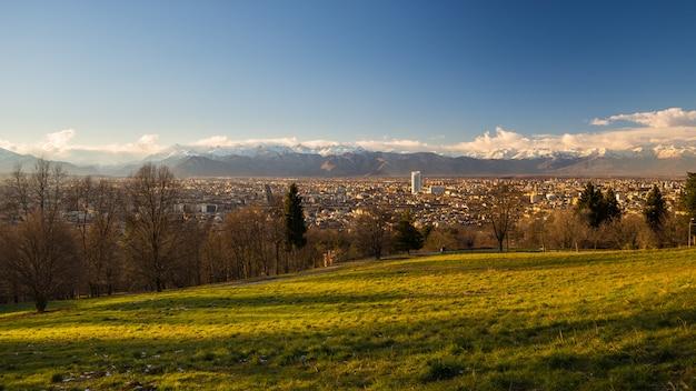 Panoramisches stadtbild turins von oben genanntem bei sonnenuntergang Premium Fotos