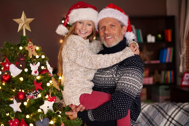 Papa, ich und unser schöner weihnachtsbaum Kostenlose Fotos