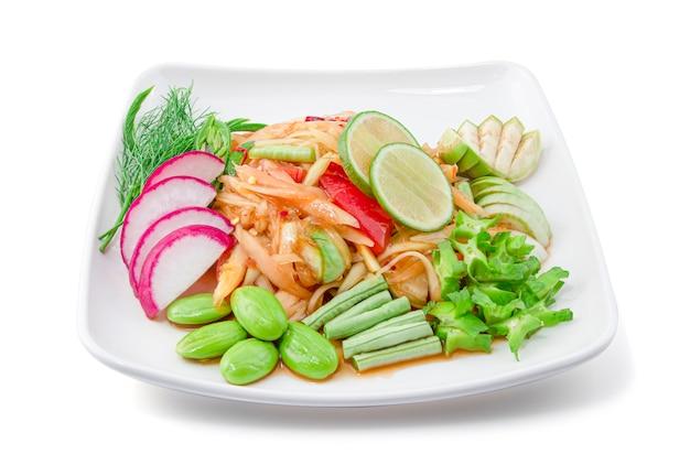 Papaya würziger salat mit gemüsesatz lokalisiert auf weißem hintergrund mit schnittpfad, thailändisches essen, som tam. Premium Fotos