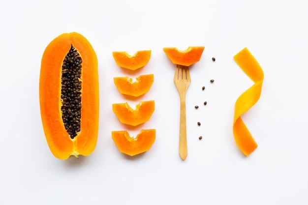 Papayafrucht auf weißem hintergrund Premium Fotos