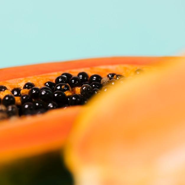 Papayafrucht mit unscharfem glas wasser Kostenlose Fotos