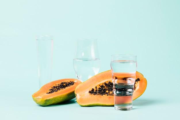 Papayafrucht und gläser wasser Kostenlose Fotos