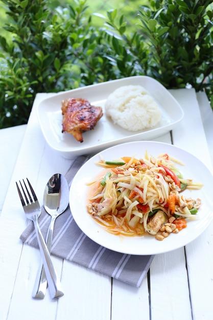 Papayasalat mit huhn gegrillt und klebreis Premium Fotos