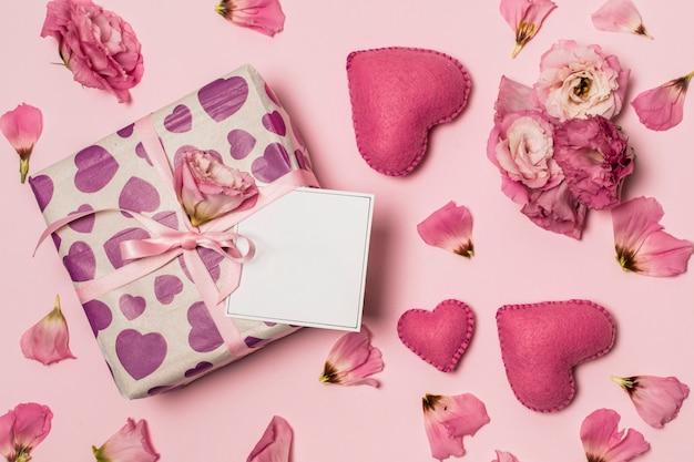 Papier Anwesend In Der Nähe Von Herzen Blumen Und